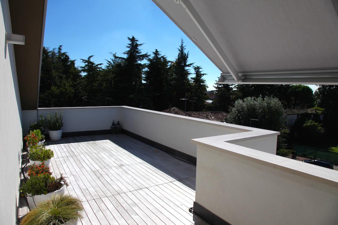 Aedilis attico di design con grande terrazzo - Terrazzi di design ...